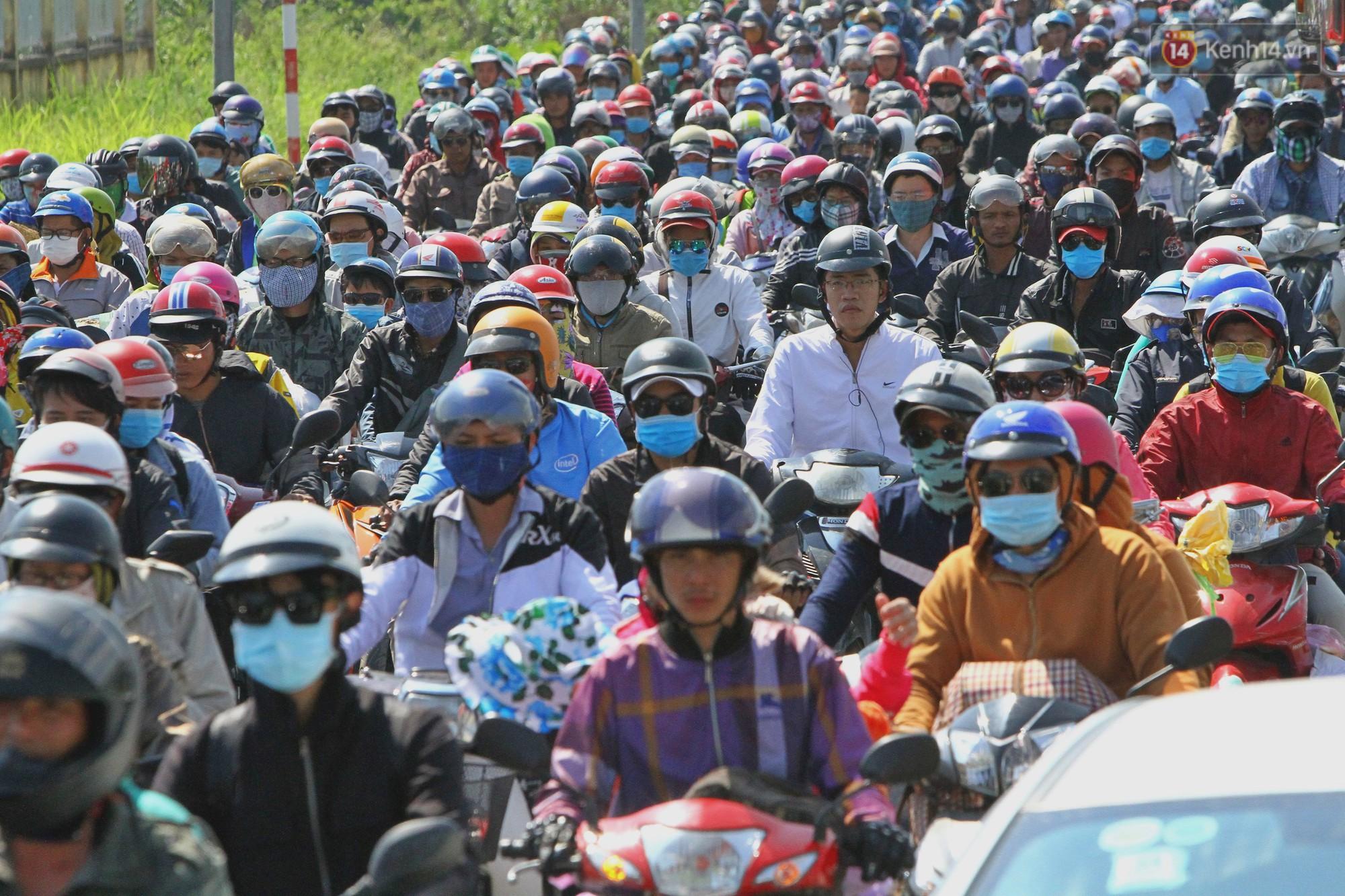 """""""Biển"""" người hối hả quay lại thành phố sau Tết gây ùn tắc nghiêm trọng khu vực cửa ngõ Sài Gòn - Ảnh 2."""