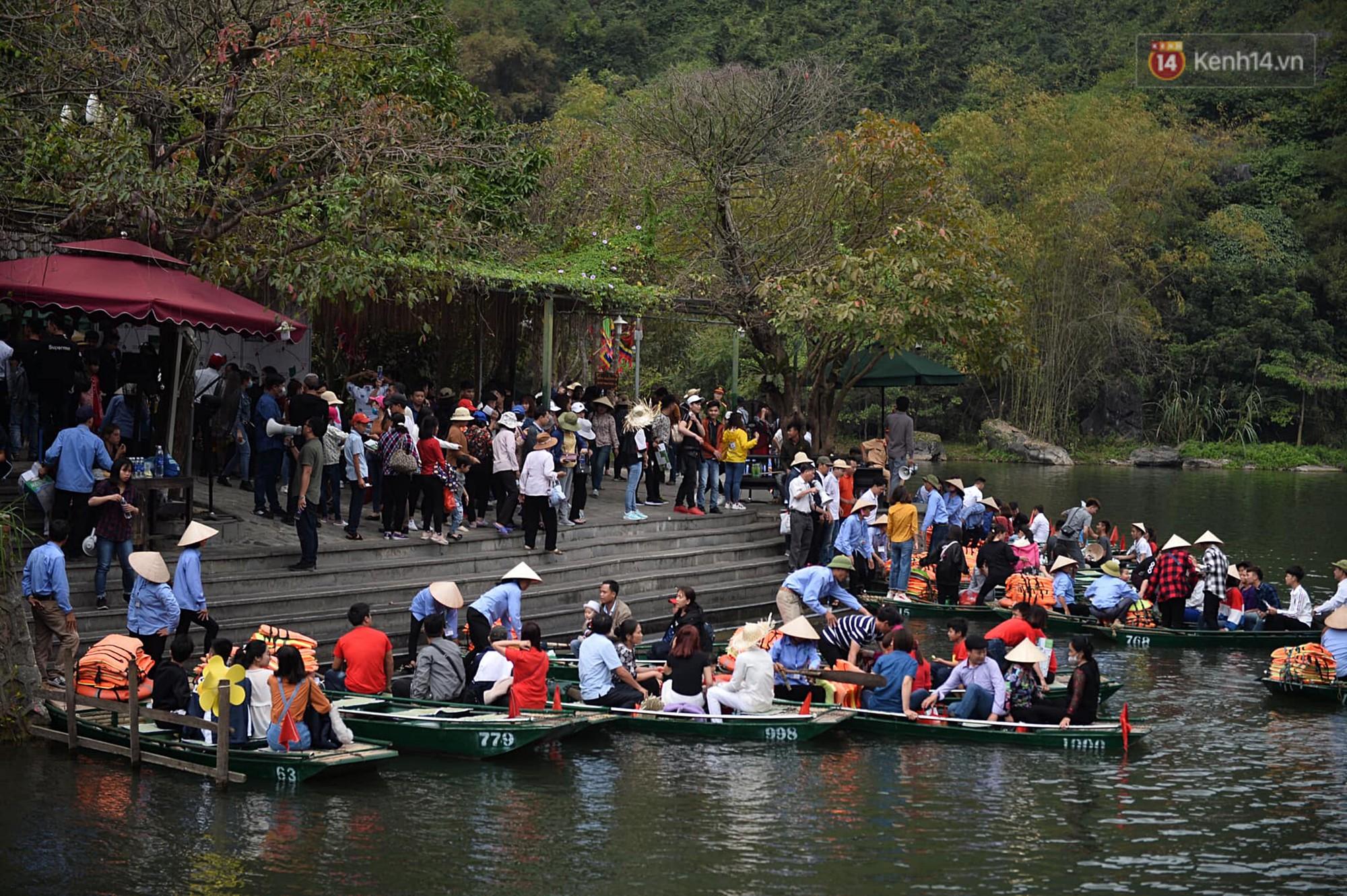 Hàng dài người xếp hàng lên thuyền đi thăm Tràng An - Ảnh 1.