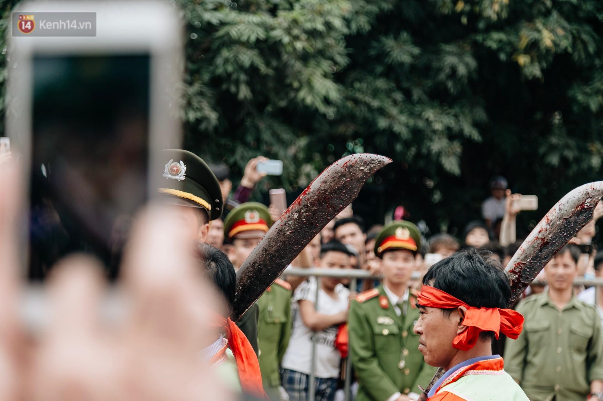Ảnh, clip: Hàng trăm người dân tập trung chứng kiến nghi lễ chém lợn kín ngày đầu năm, máu 2 ông Ỉn chảy lênh láng - Ảnh 18.