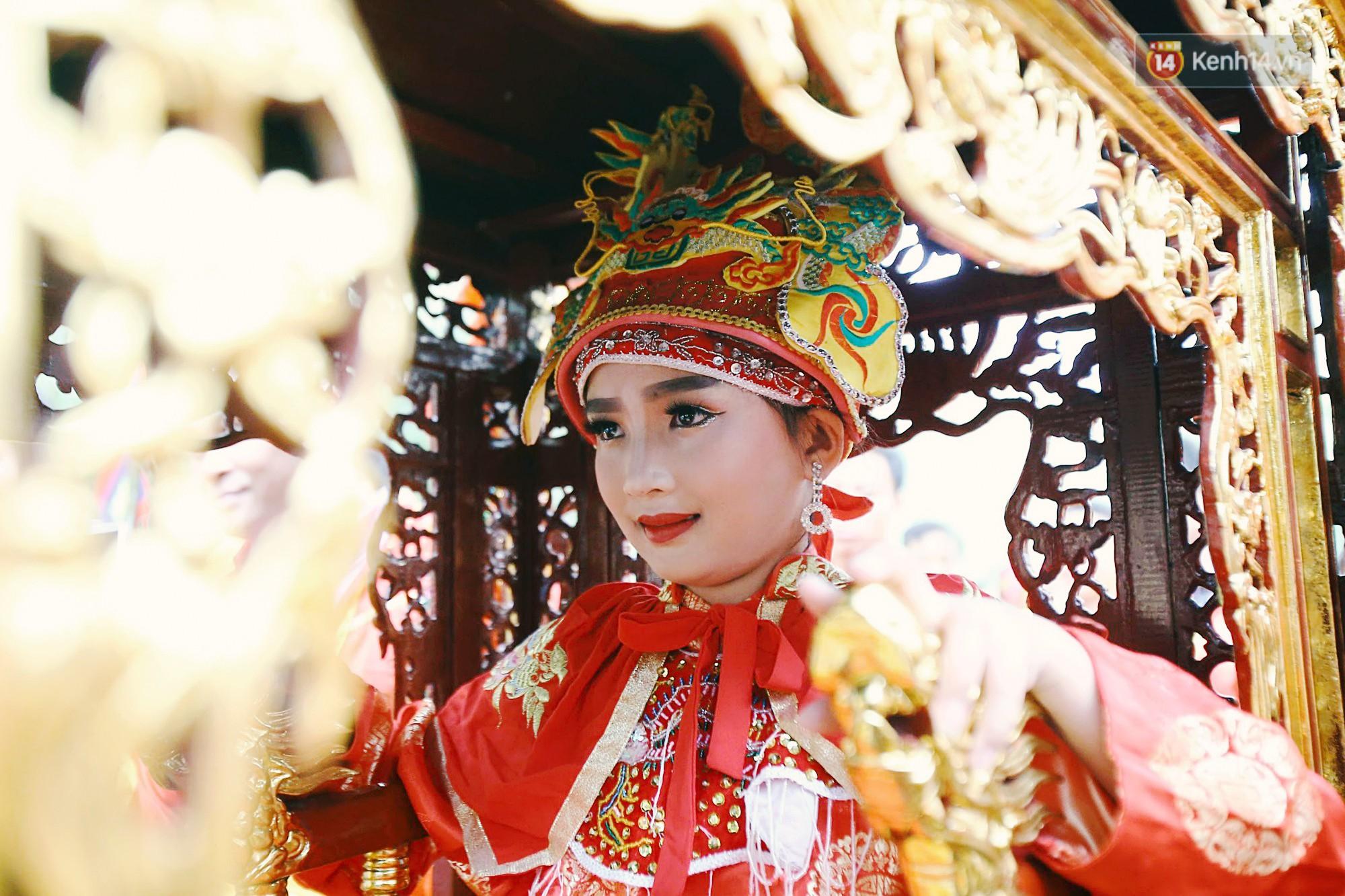 """Hà Nội: """"Tướng bà"""" 12 tuổi được ngồi trên kiệu, bảo vệ nghiêm ngặt tránh bị bắt cóc ở hội Gióng - Ảnh 6."""