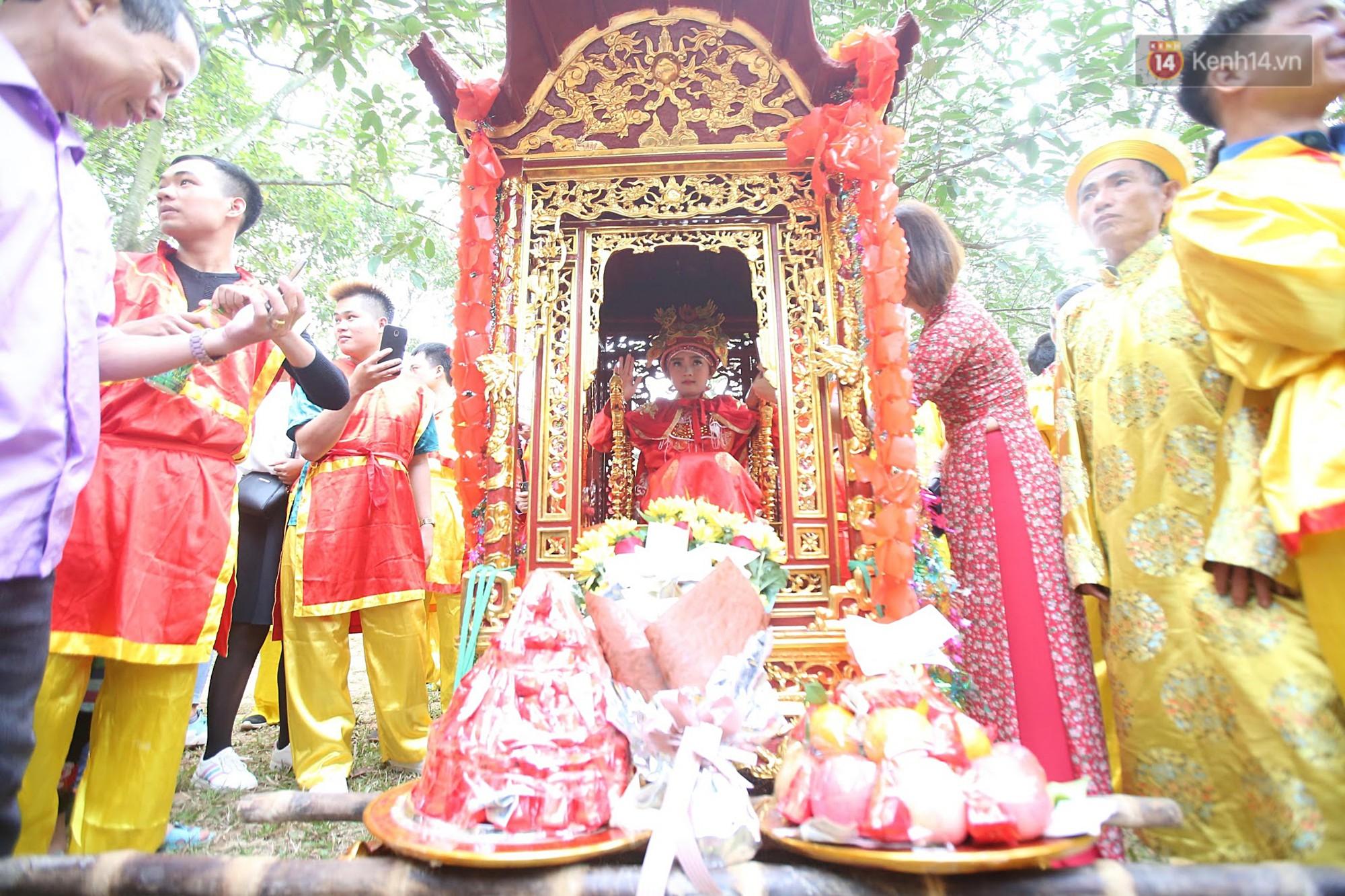 Khai hội Đền Gióng ở Hà Nội, tướng bà 12 tuổi được bảo vệ nghiêm ngặt - Ảnh 8.
