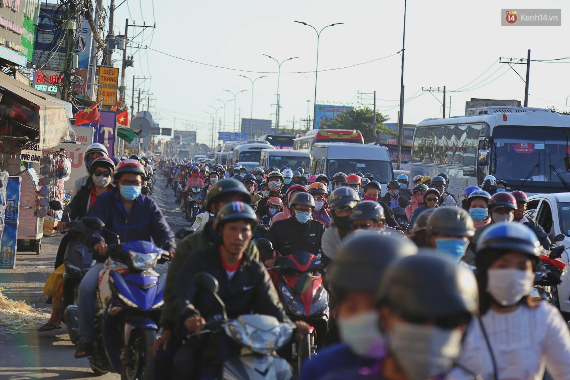 """""""Biển"""" người hối hả quay lại thành phố sau Tết gây ùn tắc nghiêm trọng khu vực cửa ngõ Sài Gòn - Ảnh 13."""