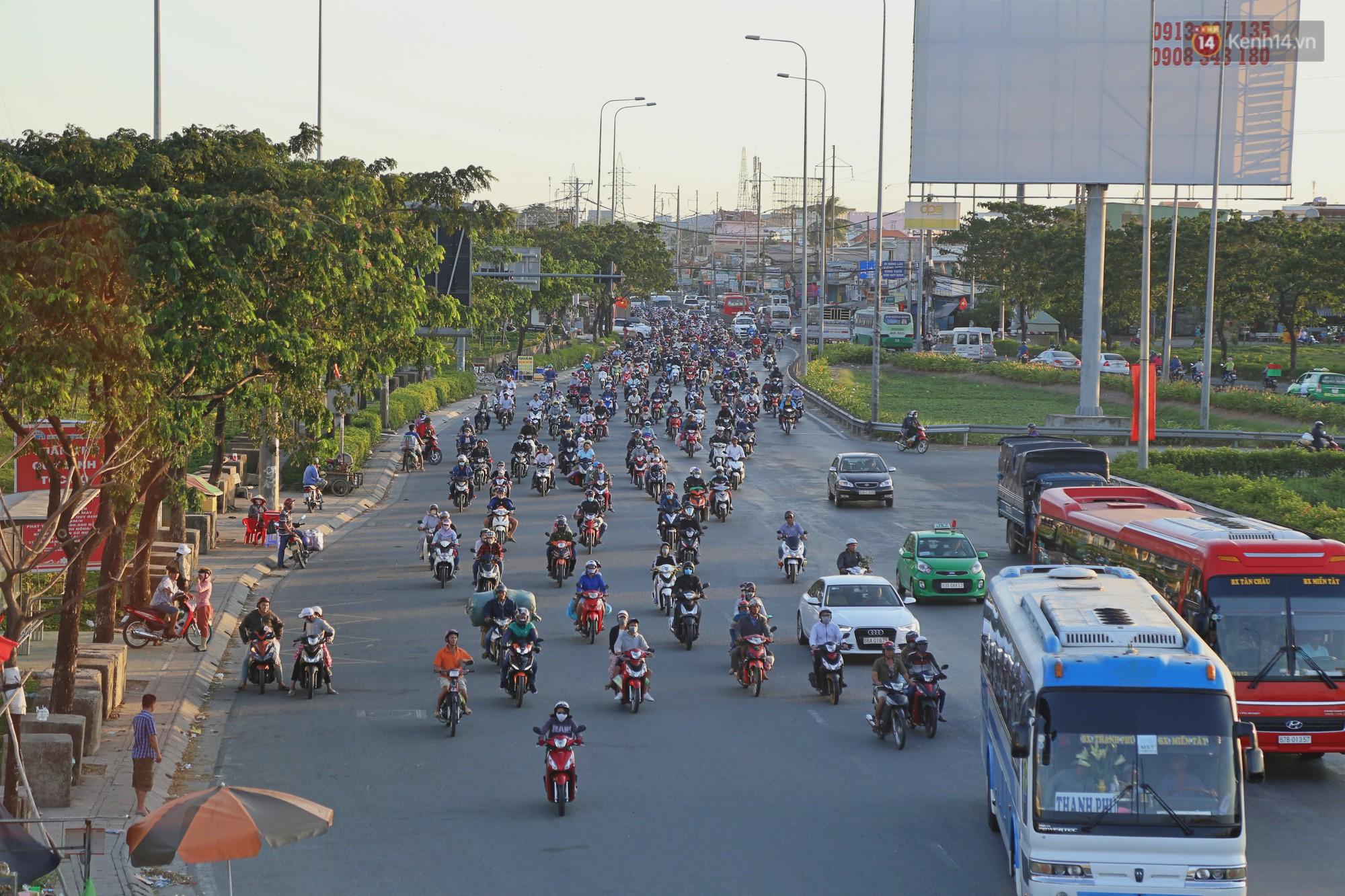 """""""Biển"""" người hối hả quay lại thành phố sau Tết gây ùn tắc nghiêm trọng khu vực cửa ngõ Sài Gòn - Ảnh 15."""