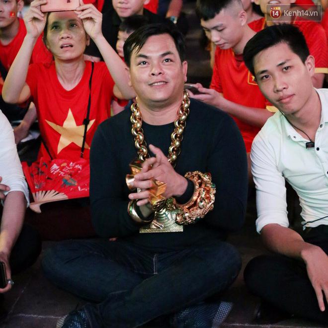 Clip: Đại gia vàng đeo trĩu cổ đại náo đường phố Sài Gòn cùng 3 siêu xe dát vàng trị giá nhiều tỷ đồng - Ảnh 1.