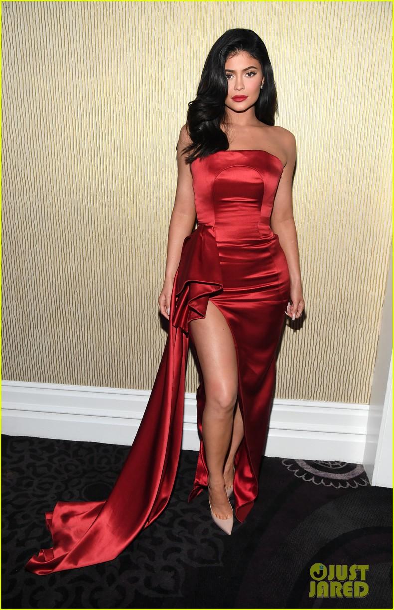Tiệc tiền Grammy 2019: Kylie Jenner đẹp đến nao lòng, đọ sắc cùng người bố chuyển giới và dàn sao hot - Ảnh 1.