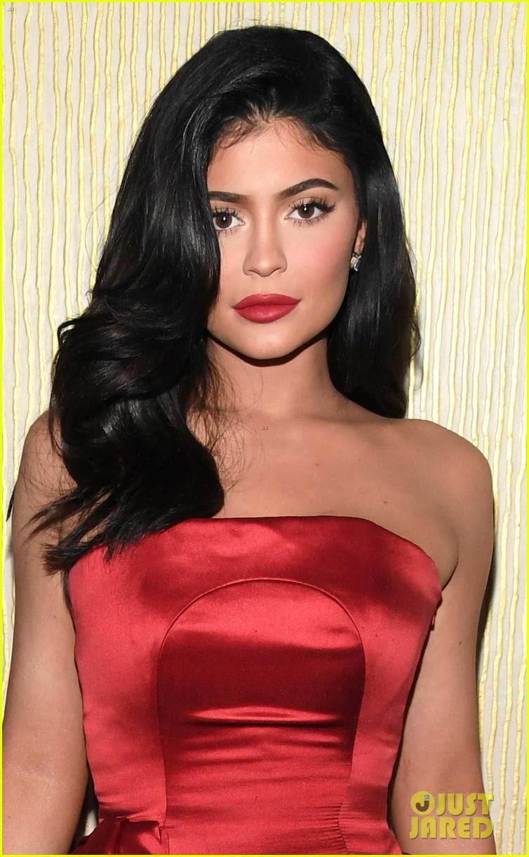 Tiệc tiền Grammy 2019: Kylie Jenner đẹp đến nao lòng, đọ sắc cùng người bố chuyển giới và dàn sao hot - Ảnh 2.