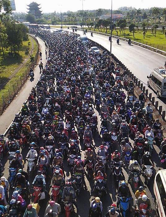 Khoảnh khắc trái ngược trên cầu Mỹ Thuận: Làn đường hướng về Sài Gòn chật kín người, làn ngược lại về miền Tây rộng thênh thang - Ảnh 6.