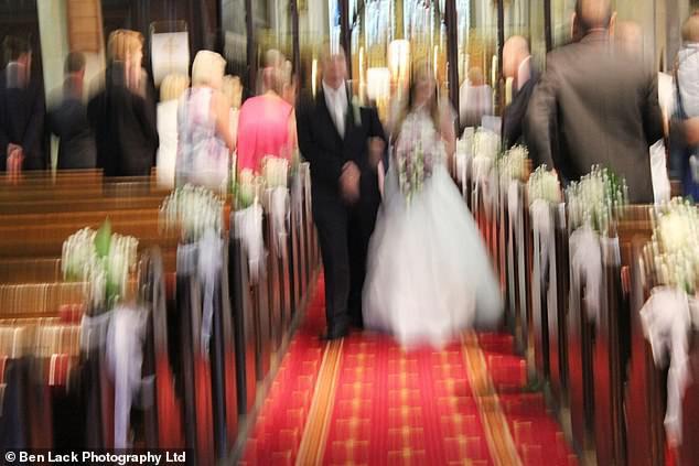 Hơn 200 cặp vợ chồng cùng kiện công ty nhiếp ảnh vì nhận được ảnh cưới mờ tịt, xấu hơn chụp bằng smartphone! - Ảnh 4.