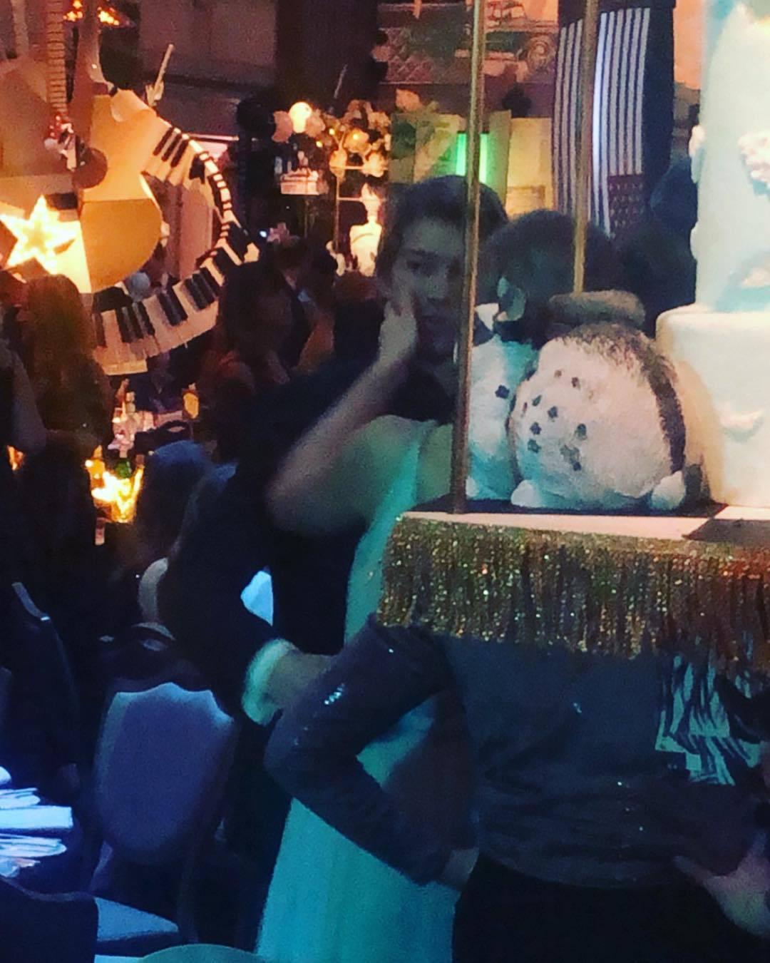 Ai cũng dập dìu cầm kèn vàng Grammy, còn Taylor Swift thì bận cầm tay trai đẹp - Ảnh 7.