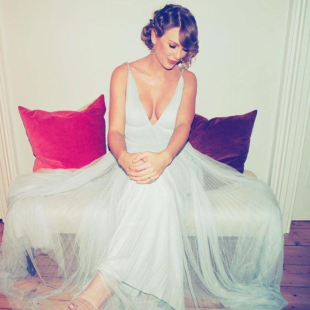 Ai cũng dập dìu cầm kèn vàng Grammy, còn Taylor Swift thì bận cầm tay trai đẹp - Ảnh 1.