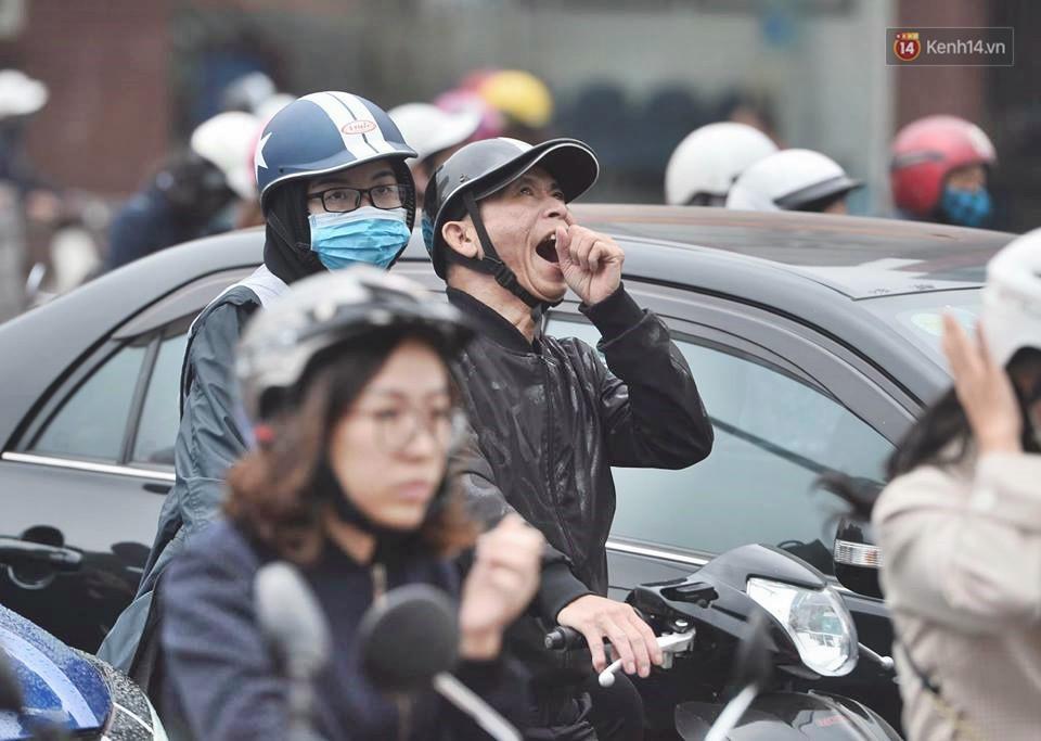 Hà Nội: Người dân vừa chạy xe vừa ngáp ngắn ngáp dài trong buổi sáng làm việc đầu tiên sau kỳ nghỉ Tết Kỷ Hợi - Ảnh 10.