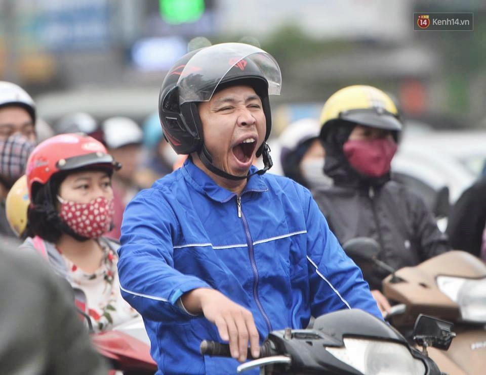 Hà Nội: Người dân vừa chạy xe vừa ngáp ngắn ngáp dài trong buổi sáng làm việc đầu tiên sau kỳ nghỉ Tết Kỷ Hợi - Ảnh 9.