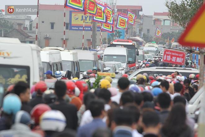 Hàng vạn người đổ về chợ Viềng khiến đường tắc hàng km, ai cũng lựa mua chậu hoa, cây cảnh lấy may đầu năm - Ảnh 6.