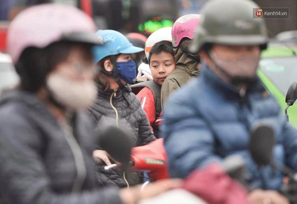 Hà Nội: Người dân vừa chạy xe vừa ngáp ngắn ngáp dài trong buổi sáng làm việc đầu tiên sau kỳ nghỉ Tết Kỷ Hợi - Ảnh 7.
