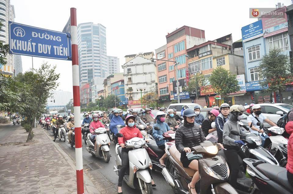 Hà Nội: Người dân vừa chạy xe vừa ngáp ngắn ngáp dài trong buổi sáng làm việc đầu tiên sau kỳ nghỉ Tết Kỷ Hợi - Ảnh 13.