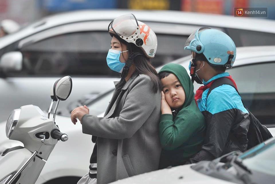 Hà Nội: Người dân vừa chạy xe vừa ngáp ngắn ngáp dài trong buổi sáng làm việc đầu tiên sau kỳ nghỉ Tết Kỷ Hợi - Ảnh 6.