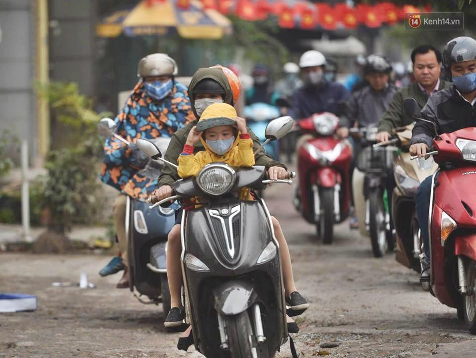 Hà Nội: Người dân vừa chạy xe vừa ngáp ngắn ngáp dài trong buổi sáng làm việc đầu tiên sau kỳ nghỉ Tết Kỷ Hợi - Ảnh 4.