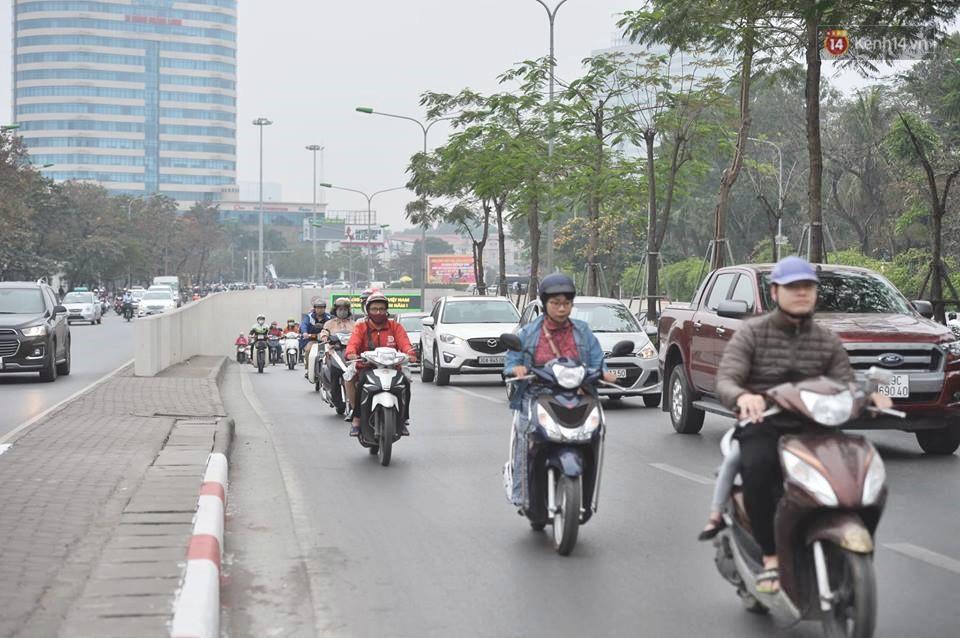 Hà Nội: Người dân vừa chạy xe vừa ngáp ngắn ngáp dài trong buổi sáng làm việc đầu tiên sau kỳ nghỉ Tết Kỷ Hợi - Ảnh 16.