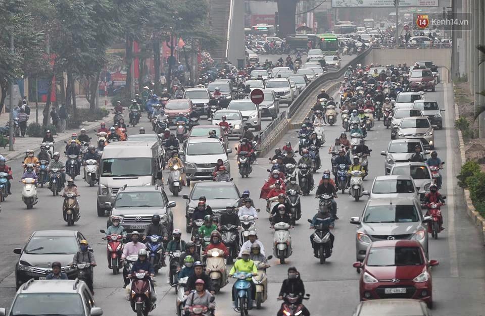 Hà Nội: Người dân vừa chạy xe vừa ngáp ngắn ngáp dài trong buổi sáng làm việc đầu tiên sau kỳ nghỉ Tết Kỷ Hợi - Ảnh 12.