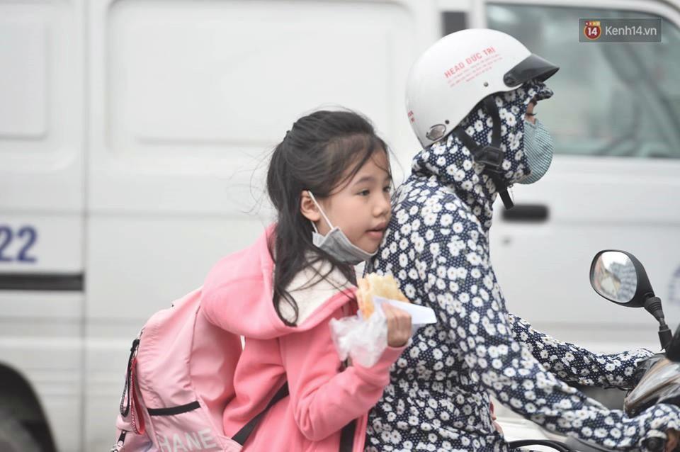 Hà Nội: Người dân vừa chạy xe vừa ngáp ngắn ngáp dài trong buổi sáng làm việc đầu tiên sau kỳ nghỉ Tết Kỷ Hợi - Ảnh 5.