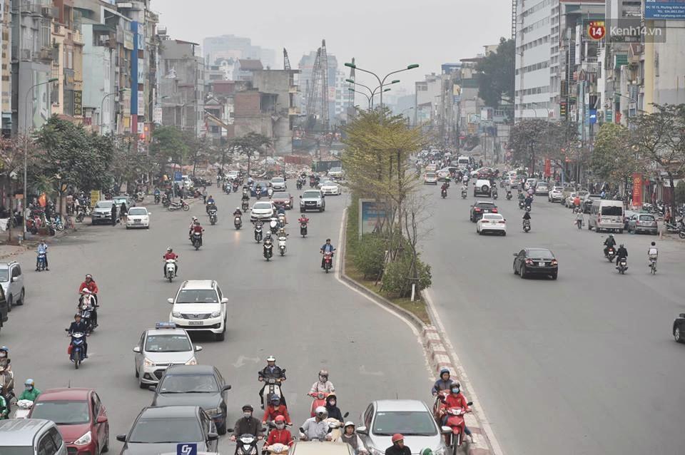 Hà Nội: Người dân vừa chạy xe vừa ngáp ngắn ngáp dài trong buổi sáng làm việc đầu tiên sau kỳ nghỉ Tết Kỷ Hợi - Ảnh 14.