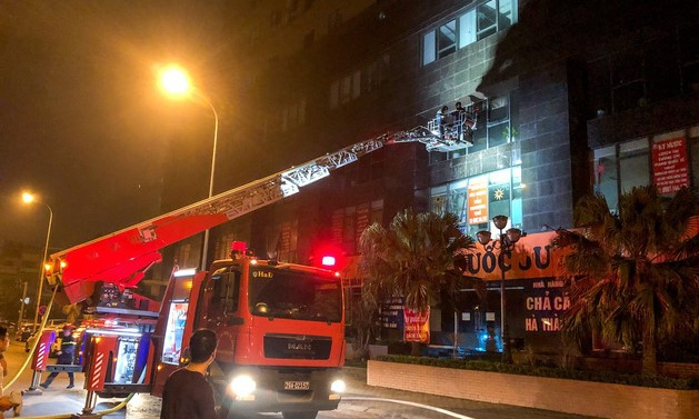 Hà Nội: Tòa nhà Xuân Mai Tower bốc cháy lúc nửa đêm - Ảnh 1.