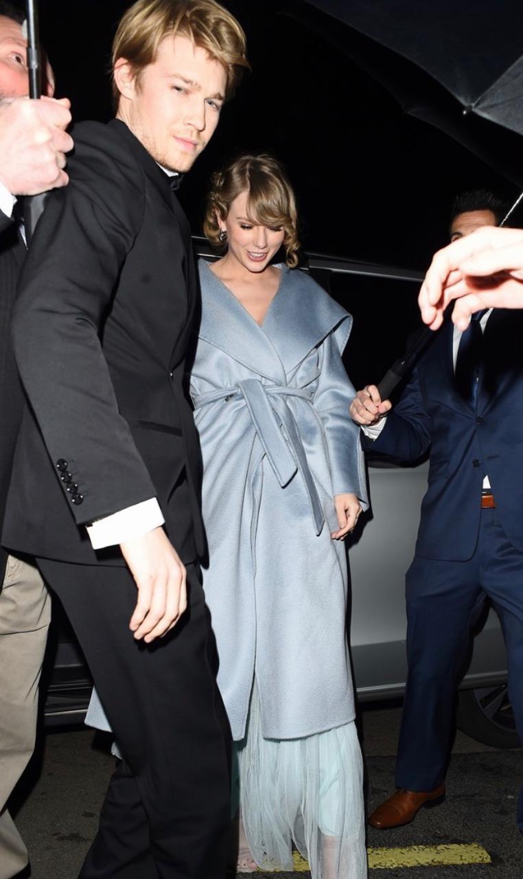 Ai cũng dập dìu cầm kèn vàng Grammy, còn Taylor Swift thì bận cầm tay trai đẹp - Ảnh 5.