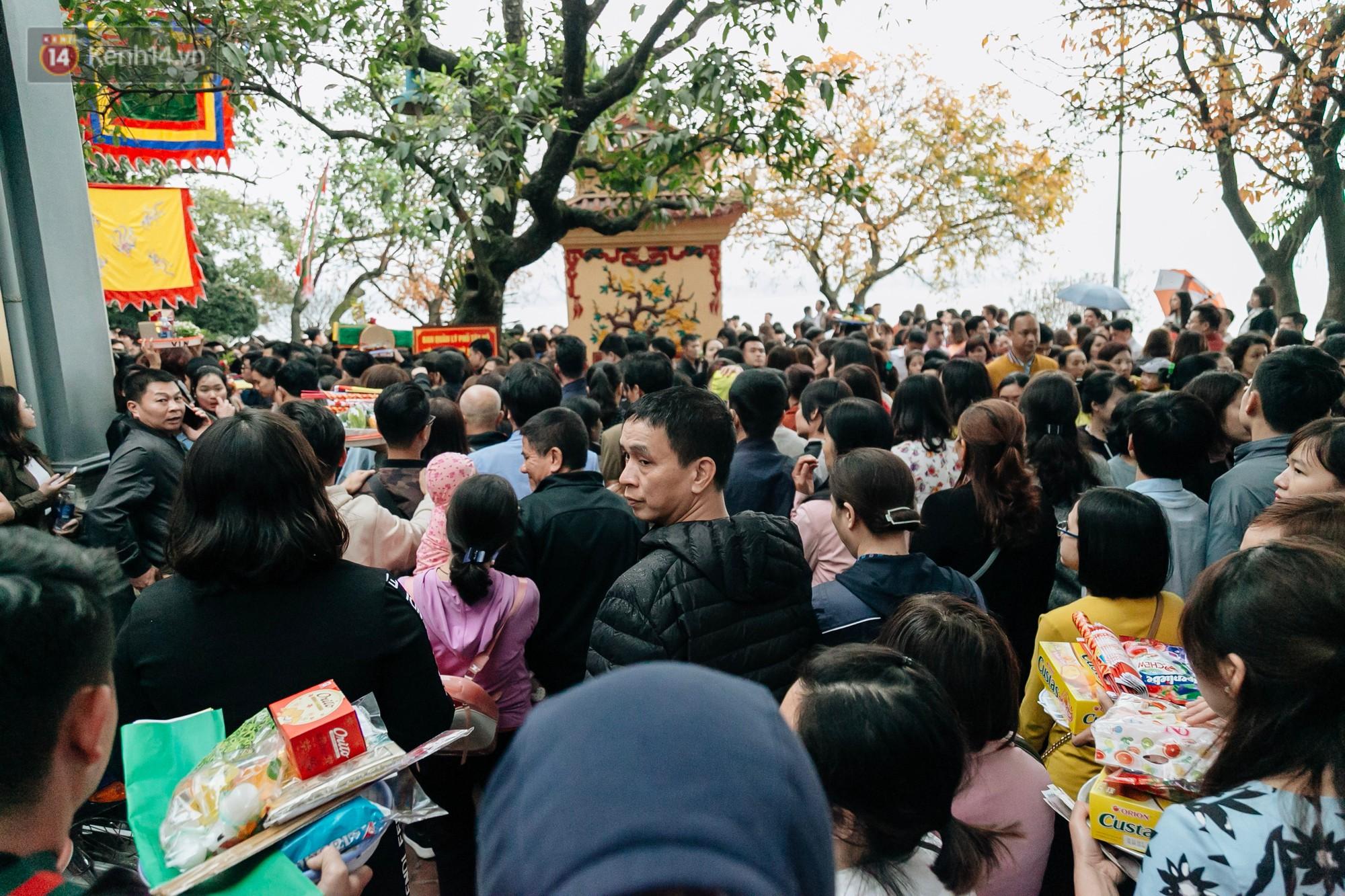 Ảnh, clip: Phủ Tây Hồ và chùa Trấn Quốc ken đặc người trong ngày đi làm đầu tiên của năm mới 2019 - Ảnh 9.
