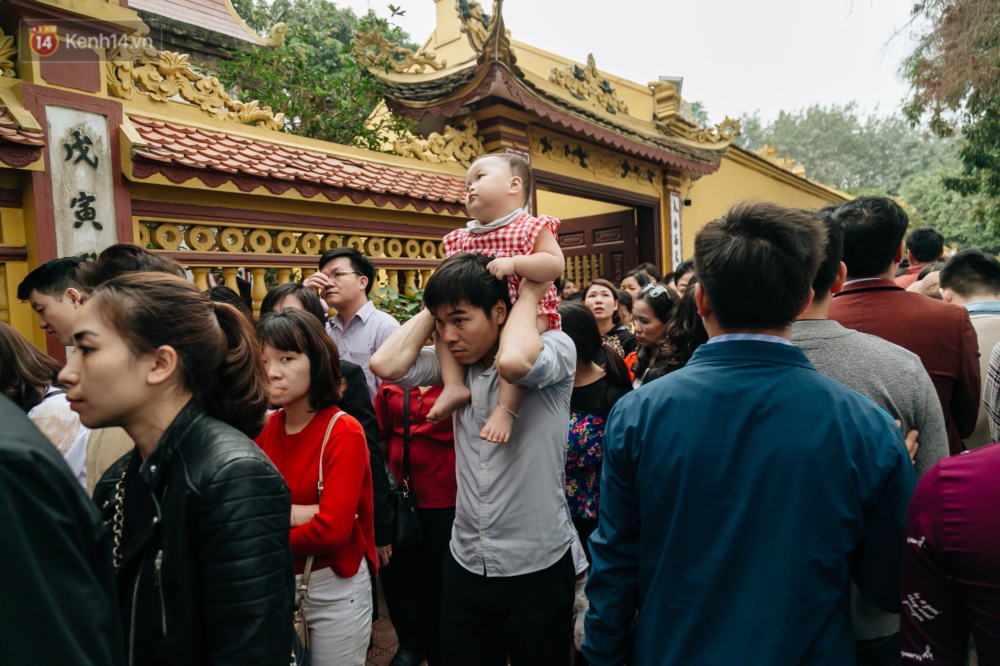 Ảnh, clip: Phủ Tây Hồ và chùa Trấn Quốc ken đặc người trong ngày đi làm đầu tiên của năm mới 2019 - Ảnh 21.