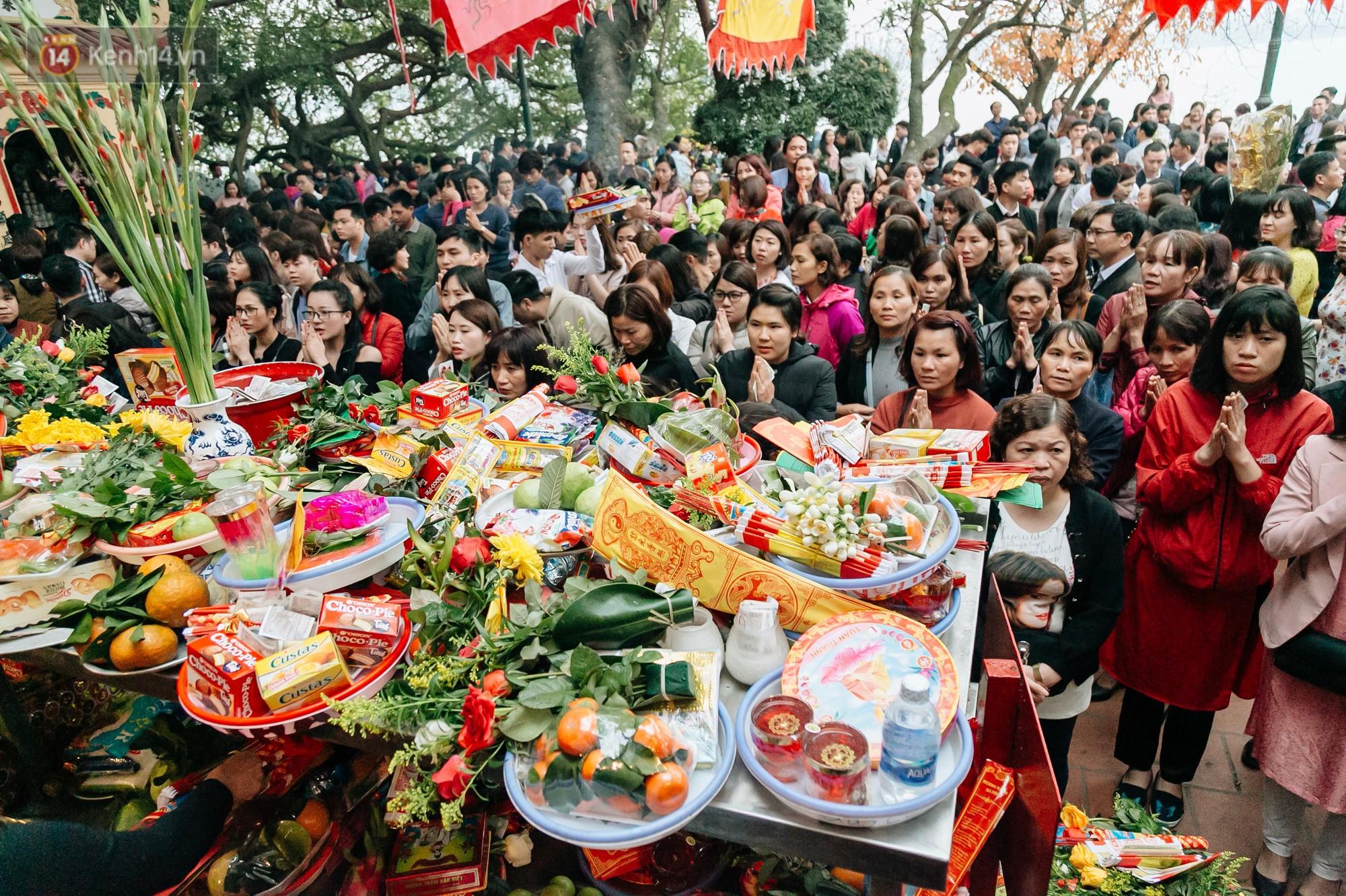 Ảnh, clip: Phủ Tây Hồ và chùa Trấn Quốc ken đặc người trong ngày đi làm đầu tiên của năm mới 2019 - Ảnh 5.