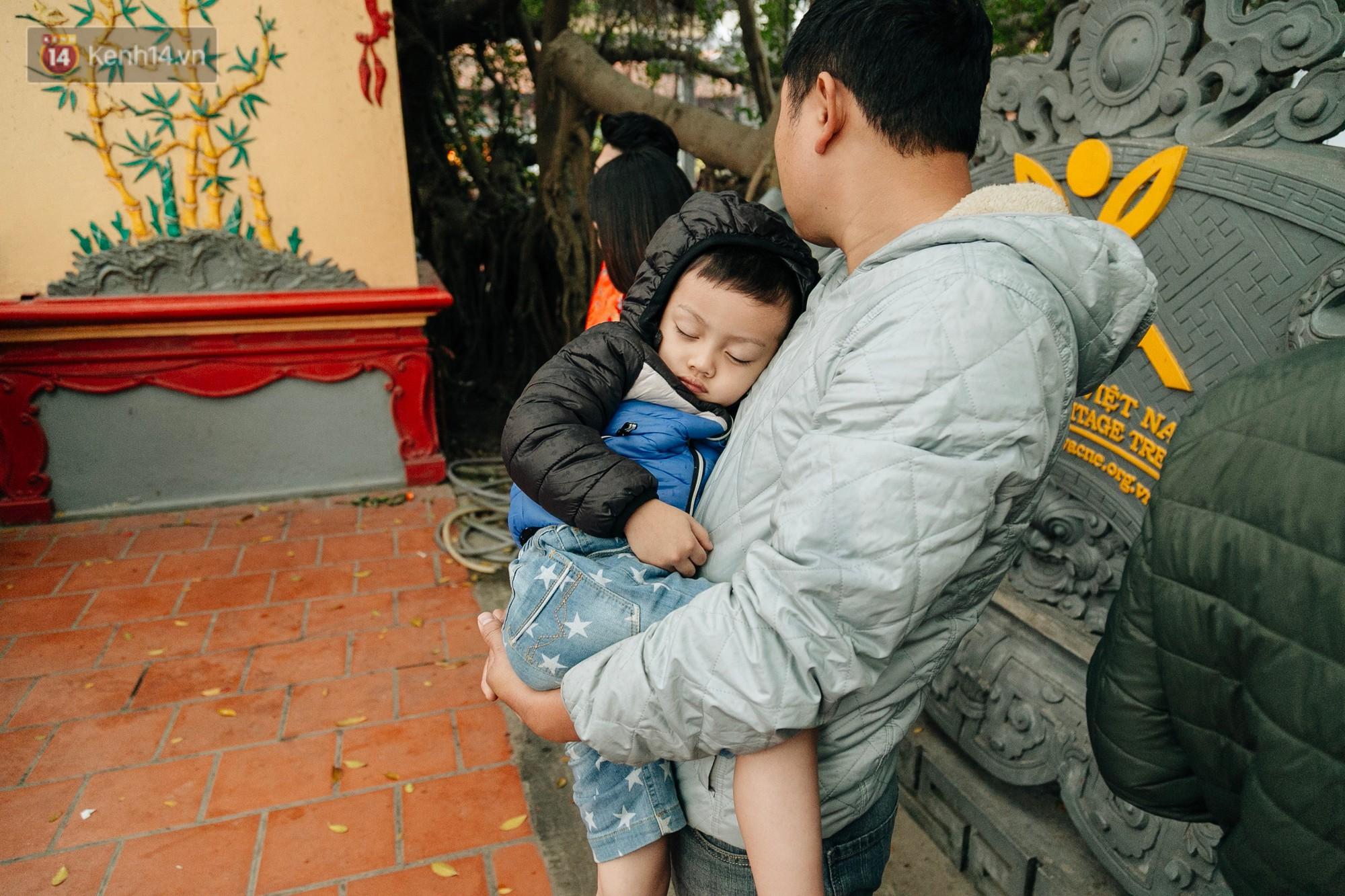 Ảnh, clip: Phủ Tây Hồ và chùa Trấn Quốc ken đặc người trong ngày đi làm đầu tiên của năm mới 2019 - Ảnh 14.
