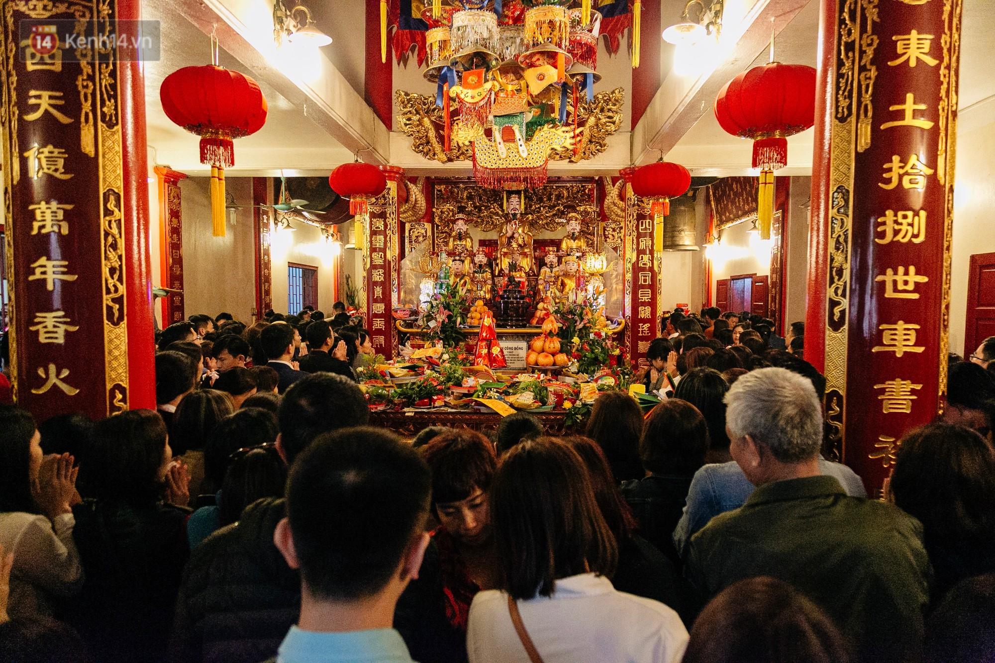 Ảnh, clip: Phủ Tây Hồ và chùa Trấn Quốc ken đặc người trong ngày đi làm đầu tiên của năm mới 2019 - Ảnh 11.