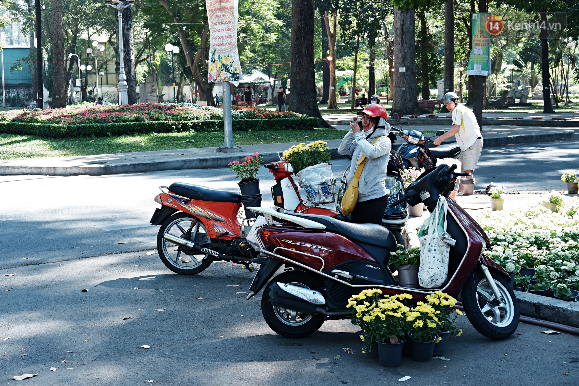 Hội hoa Xuân kết thúc, người dân Sài Gòn hào hứng xin hoa miễn phí về chưng cho đỡ uổng phí - Ảnh 4.