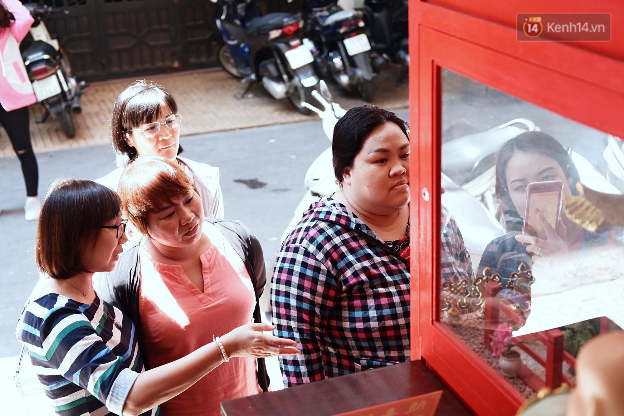 Bỏ tiền xu lấy thẻ xăm bằng máy tự động: Người Sài Gòn nườm nượp xem quẻ đầu năm thời công nghệ 4.0 - Ảnh 3.