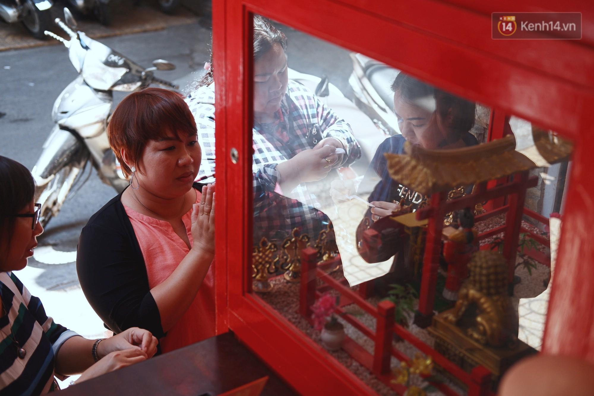 Bỏ tiền xu lấy thẻ xăm bằng máy tự động: Người Sài Gòn nườm nượp xem quẻ đầu năm thời công nghệ 4.0 - Ảnh 10.