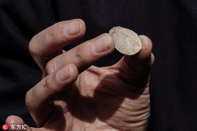 Phát hiện đồng tiền xu quý hiếm 1.900 năm tuổi trong hầm trú ẩn - Ảnh 1.
