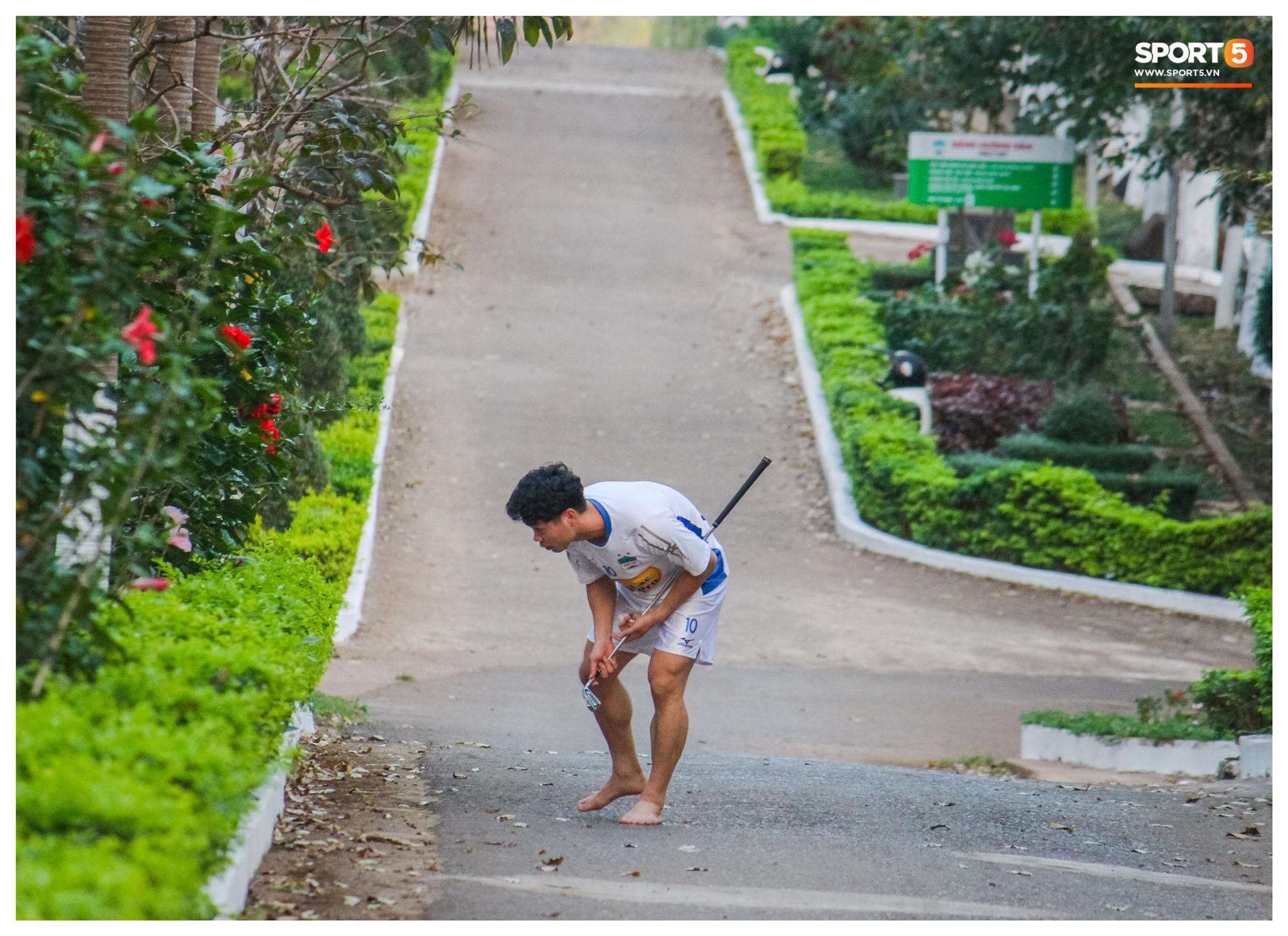 Fan bật cười với hình ảnh Công Phượng tập chơi golf trong sân học viện HAGL - Ảnh 2.