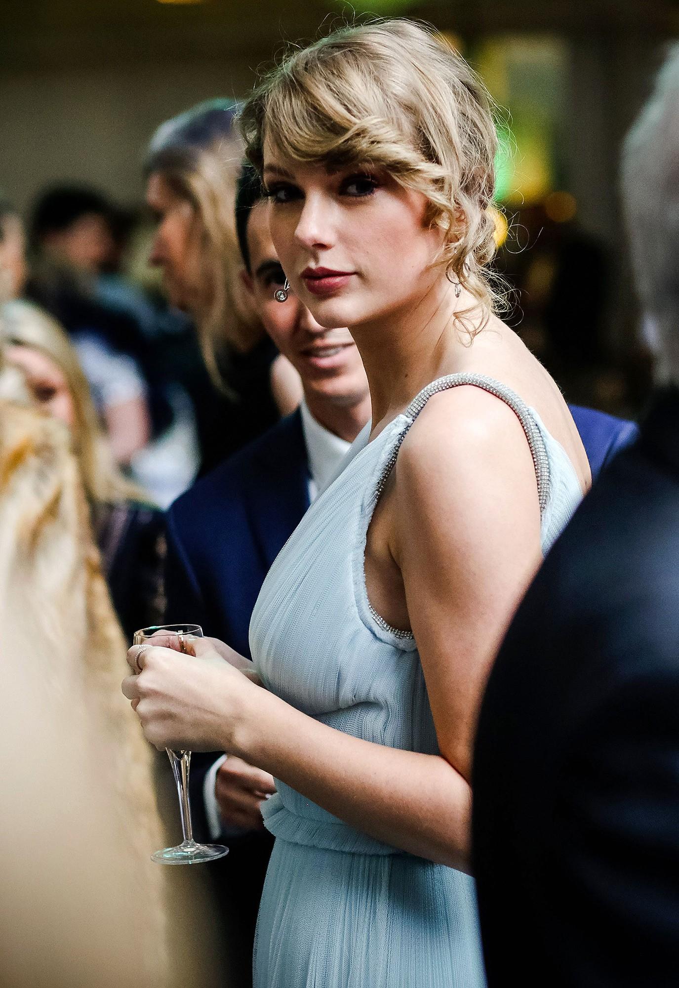 Hóa ra Taylor Swift vì bạn trai mà bỏ dự Grammy, đến Oscar Anh Quốc khoe vòng 1 bốc lửa khó tin - Ảnh 2.