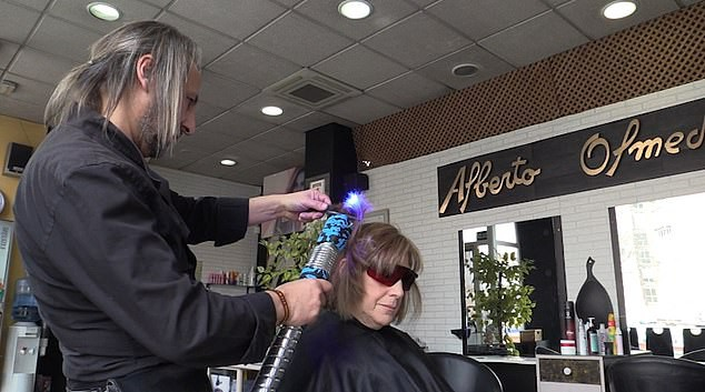 Nổi da gà với ông chú Tây Ban Nha cắt tóc bằng kiếm laser: Đốt cháy xèo xèo, tay dẻo như múa - Ảnh 3.