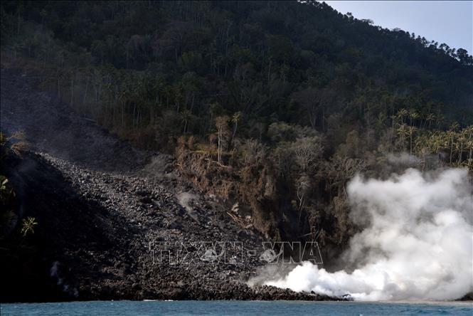 Núi lửa Karangetang phun trào, Indonesia sơ tán trên 1.000 người dân - Ảnh 1.