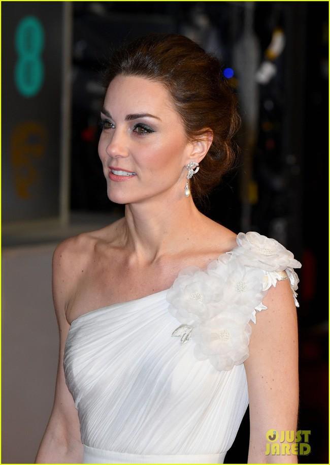 Diện đầm công chúa, Kate Middleton không chỉ đẹp mà còn sang chảnh mãn nhãn và khiến dân tình cảm động vì 1 điều - Ảnh 4.