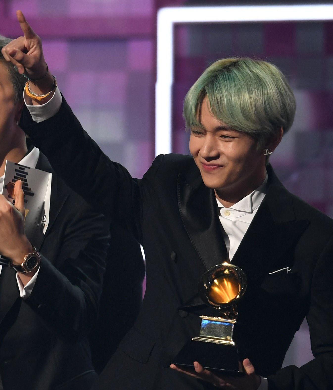 Chùm ảnh: Khoảnh khắc xuất thần của V (BTS) ở Grammy khiến dân tình phải thốt lên Chàng trai với mái tóc xanh lá là ai vậy? - Ảnh 11.