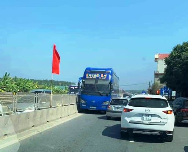 Tài xế lái xe khách chạy ngược chiều trên QL1A đã bị CSGT tước giấy phép lái xe - Ảnh 1.