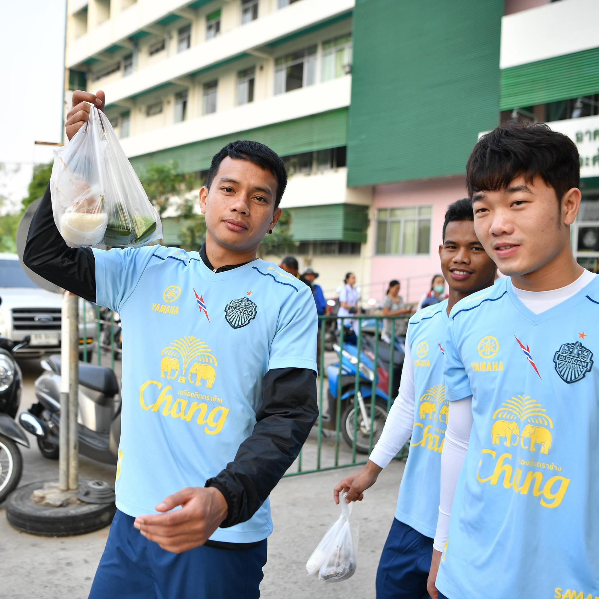 Xuân Trường tươi rói khi cùng đồng đội ngồi lề đường, ăn cơm nắm ở Thái Lan - Ảnh 2.