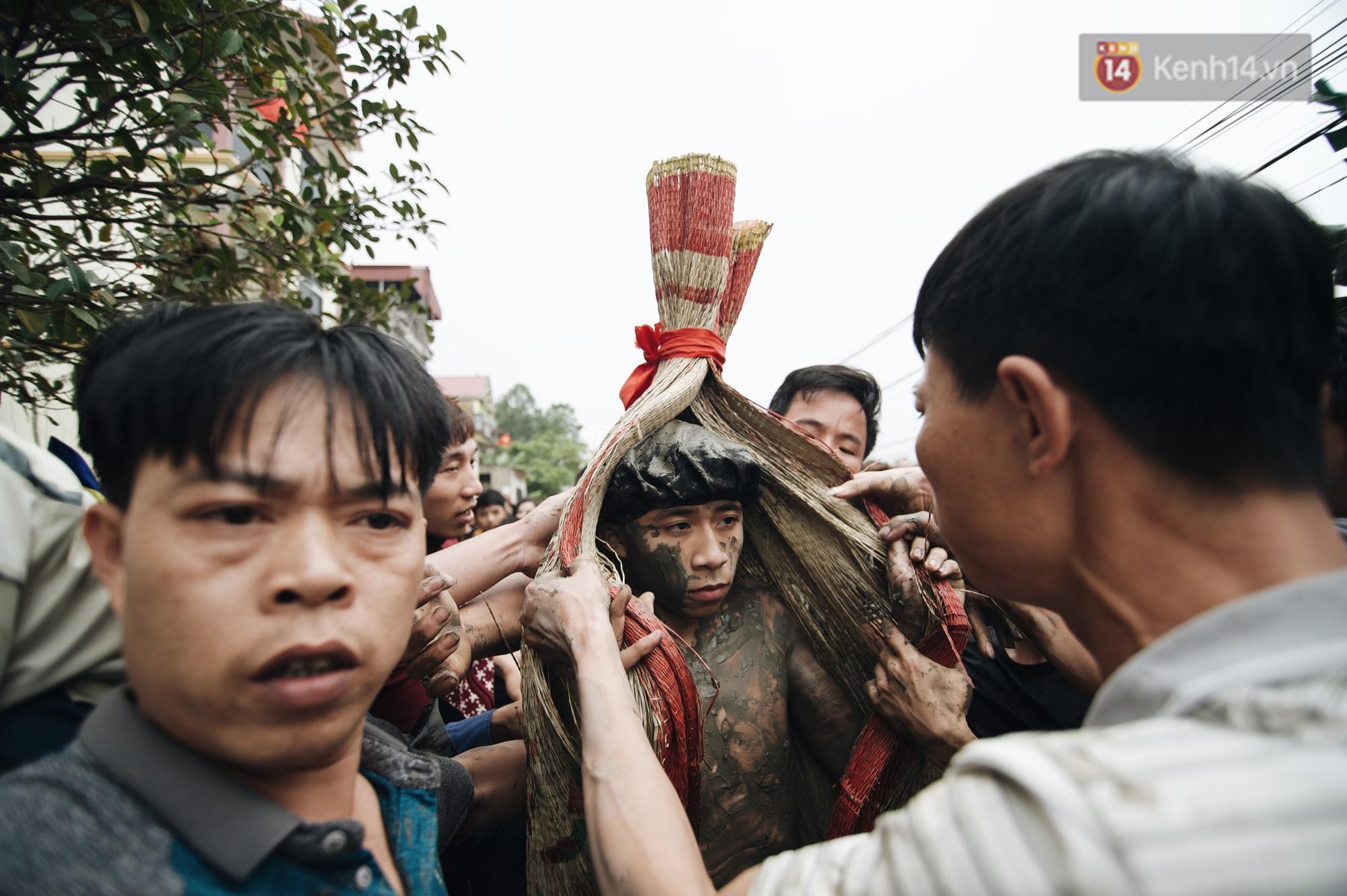 Hàng trăm thanh niên giẫm đạp, tranh cuớp chiếu thiêng mong sinh con trai - Ảnh 8.