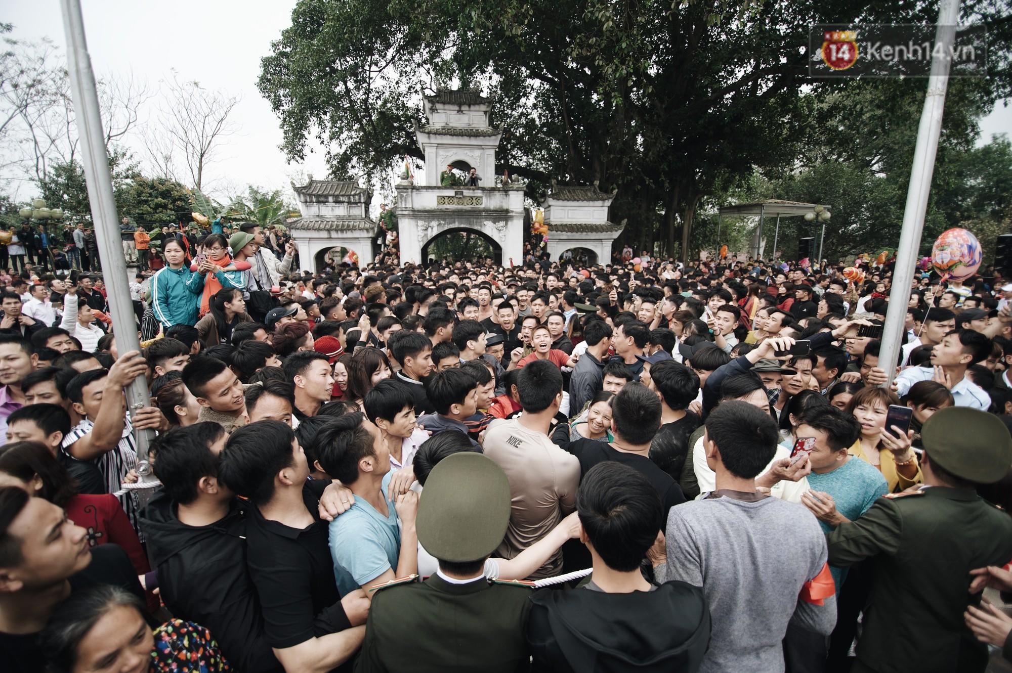 Hàng trăm thanh niên giẫm đạp, tranh cuớp chiếu thiêng mong sinh con trai - Ảnh 14.