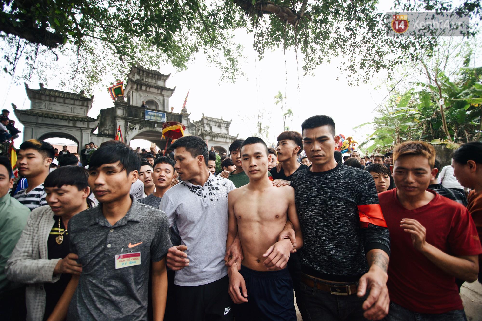 Hàng trăm thanh niên giẫm đạp, tranh cuớp chiếu thiêng mong sinh con trai - Ảnh 3.