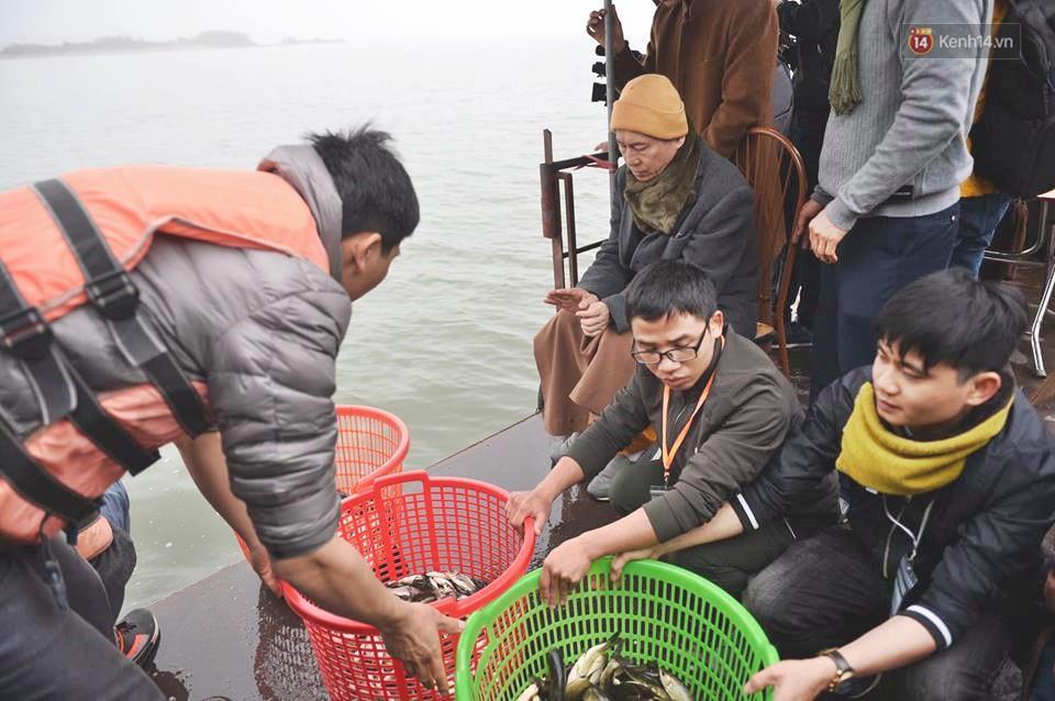 Hà Nội: Gần 10 tấn cá được hàng nghìn phật tử chuyền tay nhau trong lễ phóng sinh đầu năm - Ảnh 4.