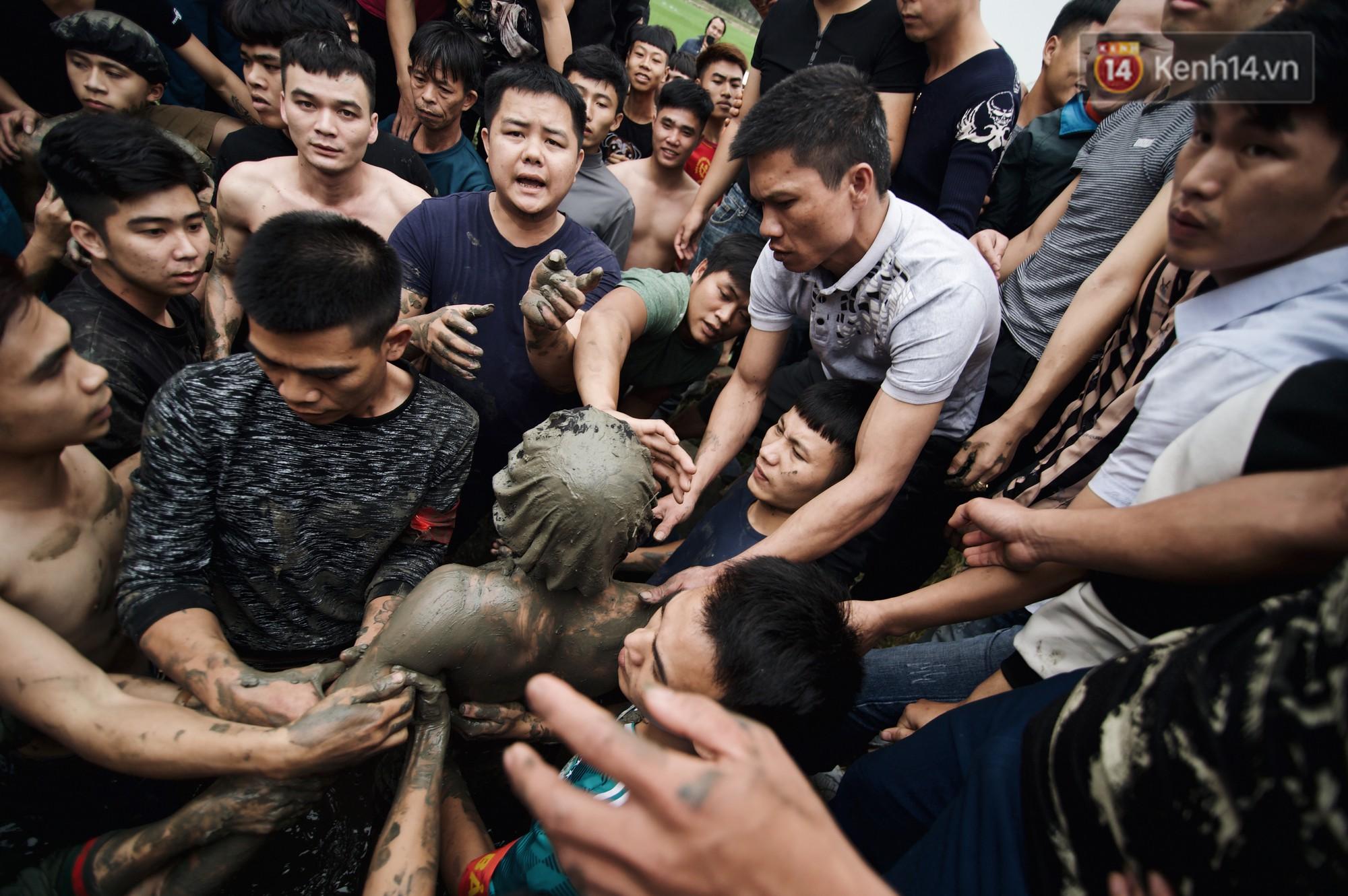 Hàng trăm thanh niên giẫm đạp, tranh cuớp chiếu thiêng mong sinh con trai - Ảnh 6.