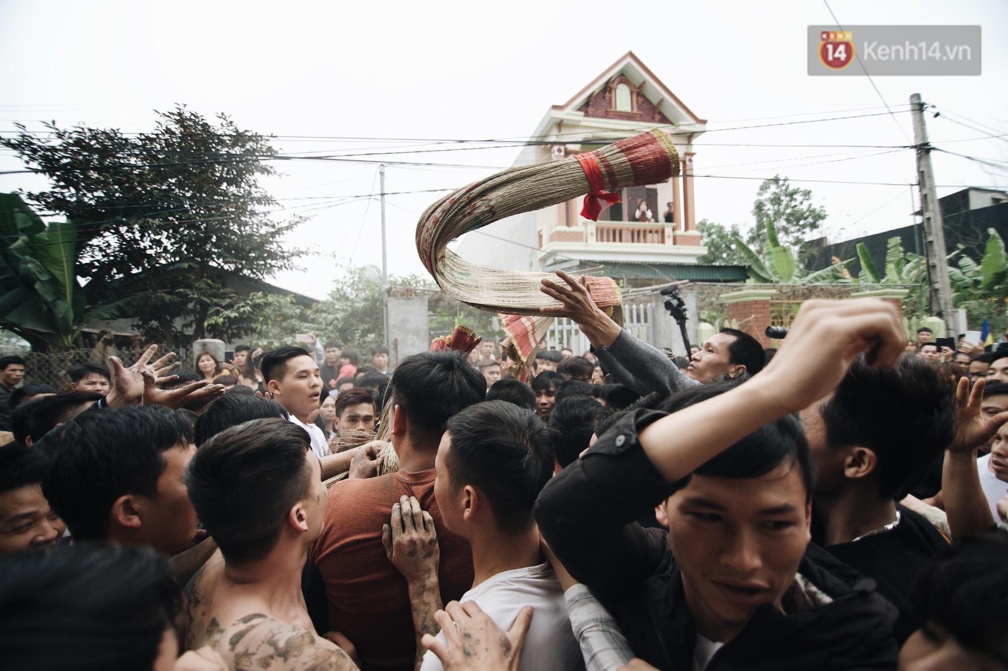Hàng trăm thanh niên giẫm đạp, tranh cuớp chiếu thiêng mong sinh con trai - Ảnh 7.